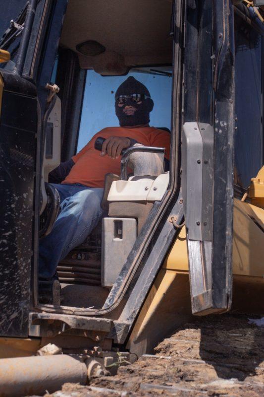 Operador do trator durante a operação para demolir o Monte Horebe. Foto Cleuton Mendonça