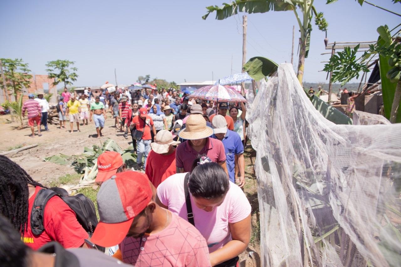 Moradores do Monte Horebe, em Manaus, após terem suas casas demolidas. Foto Cleuton Mendonça