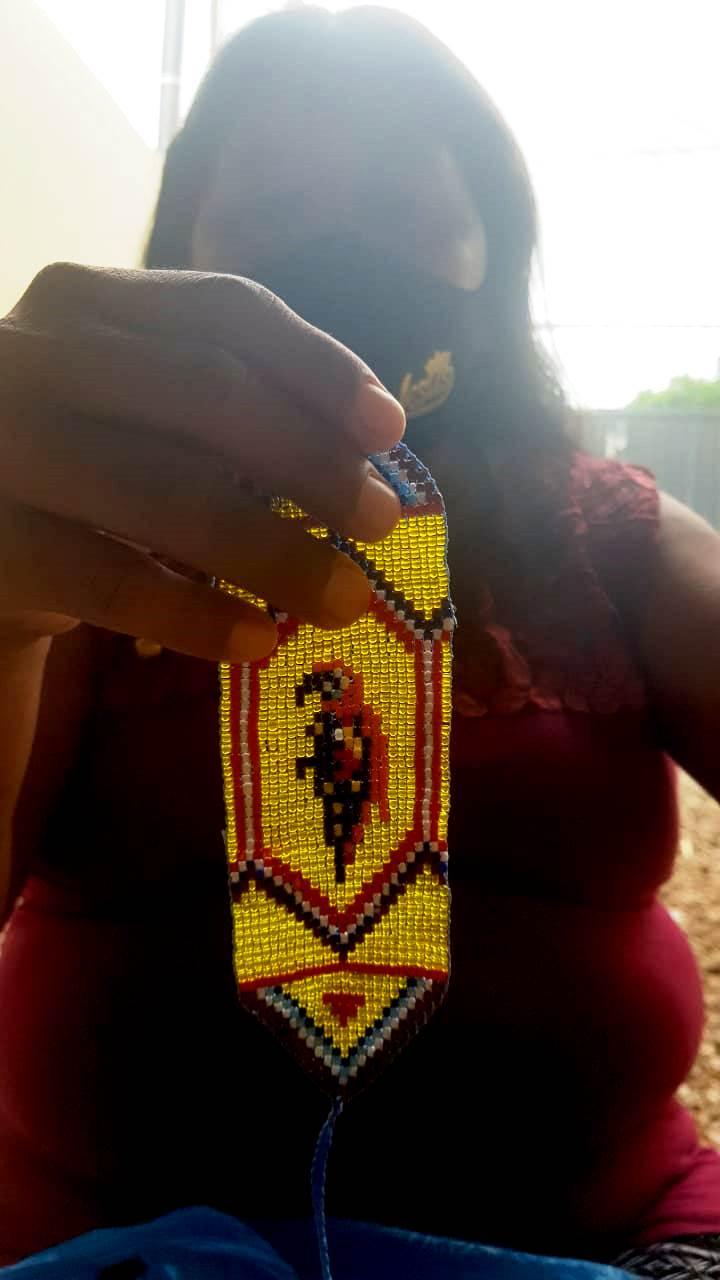 Maria Warao, indígena venezuelana, com uma peça de artesanato que tenta vender nas ruas de Cuiabá. Foto Jade Rainho