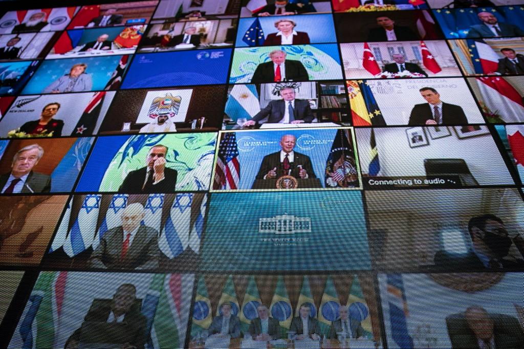Líderes mundiais - entre eles, Bolsonaro (embaixo) - no telão durante o discurso do presidente dos EUA: novas metas de redução das emissões (Foto: Pool / Getty Images / AFP)