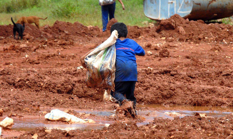 Menino em lixão próximo ao Distrito Federal: trabalho infantil aumentou com a pandemia e o fechamento das escolas (Foto: Marcelo Casal/Agência Brasil)