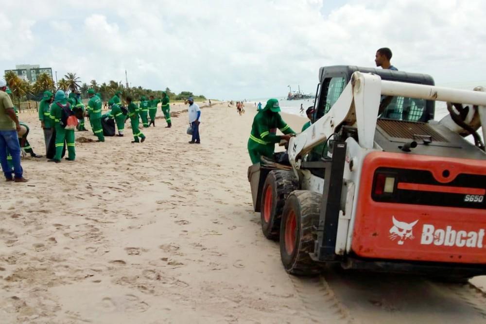 Funcionários da empresa de limpeza recolhem lixo na praia do Bessa, em João Pessoa: 40 toneladas retiradas na Paraíba (Foto: Divulgação/ PMJP)
