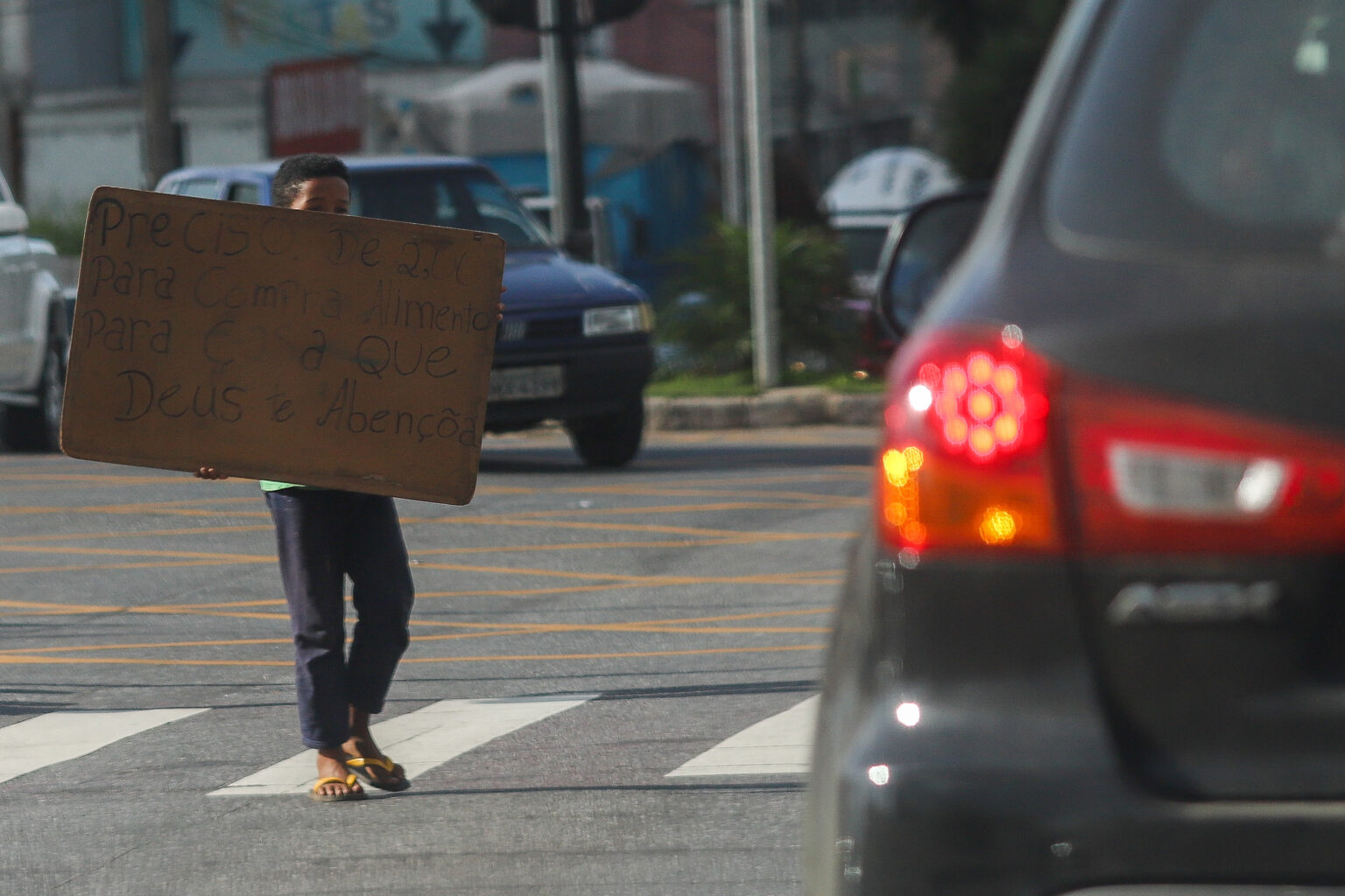 Menino na rua em Belo Horizonte: quanto pior a situação de vulnerabilidade de uma família, maior o risco de exploração e mais degradante o trabalho exercido. (Foto: Joana Suarez/Lição de Casa)
