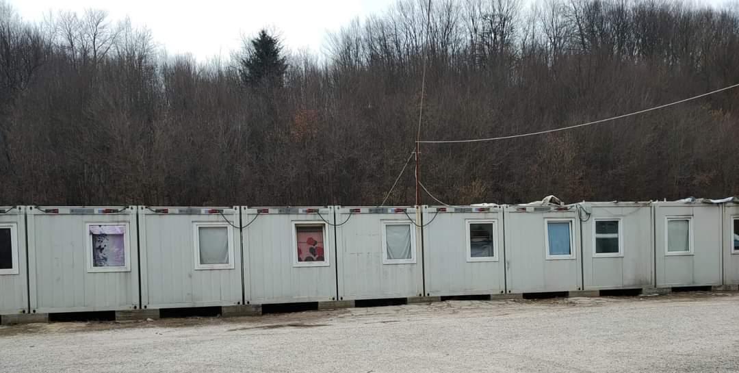 Nas bordas da Europa: contêineres que abrigam refugiados no campo de Hadžići, perto de Sarajevo, com famílias amontoadas em condições terríveis
