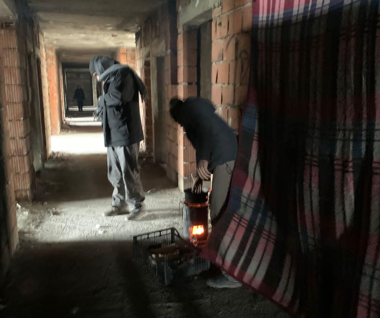 Depósito de seres humanos: refugiados tentam se proteger do frio no Dom. Foto Dennis Castiglione