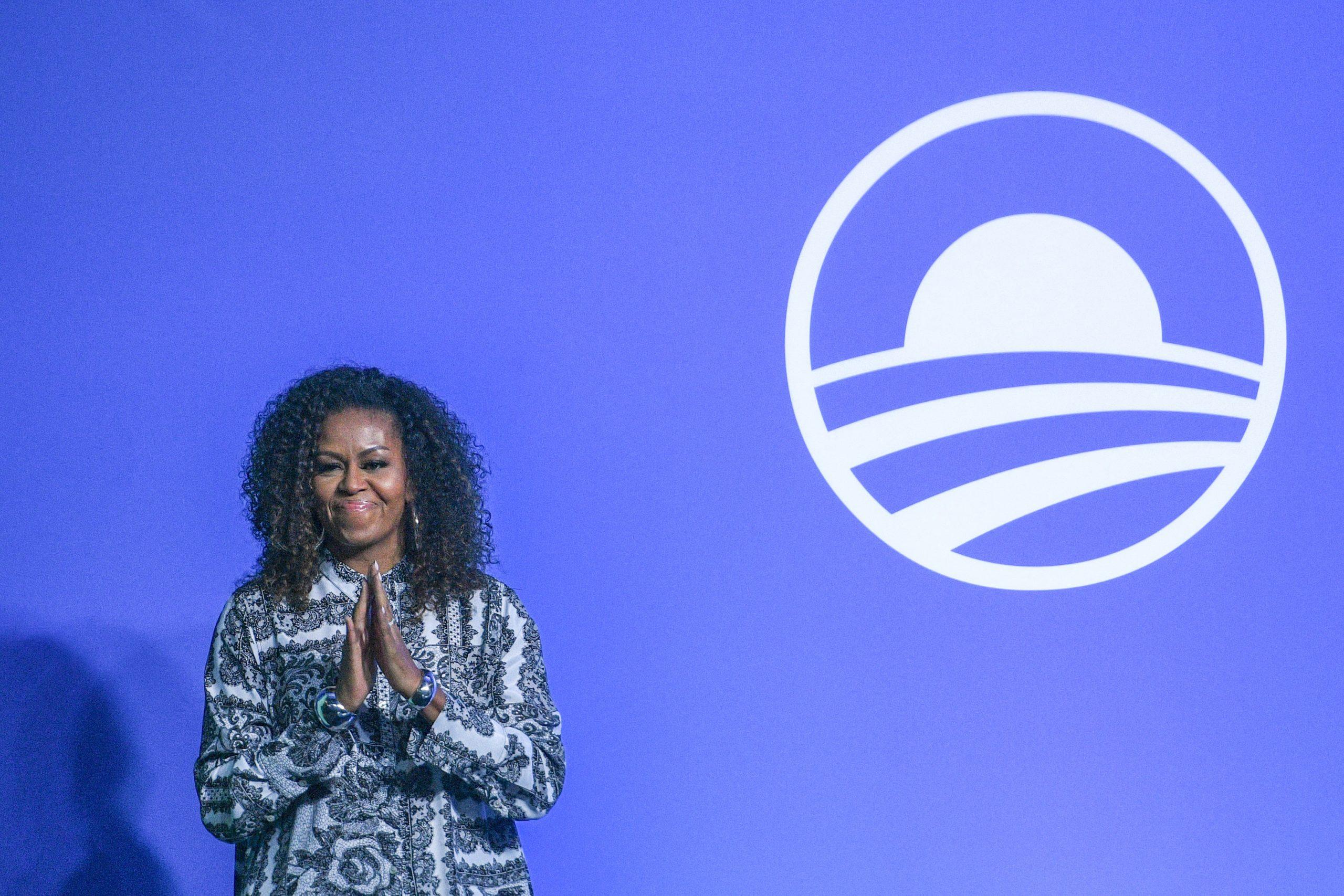 Cabelo black power: Michelle Obama em Kuala Lumpur em 2019: com frequência, ex-primeira-dama tem aparecido com os cabelos naturais após deixar o posto (Crédito: MOHD RASFAN / AFP)