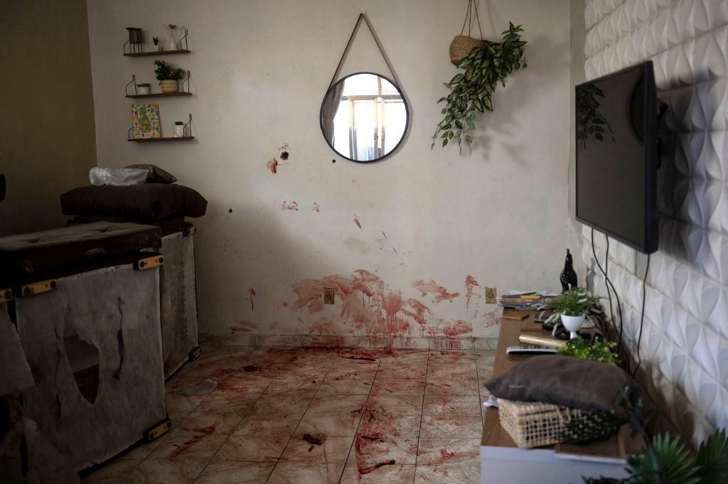 Cômodo banhado em sangue na Favela do Jacarezinho, na Zona Norte do RIo: operação policial terminou com 25 mortos (Foto: Mauro Pimentel / AFP)