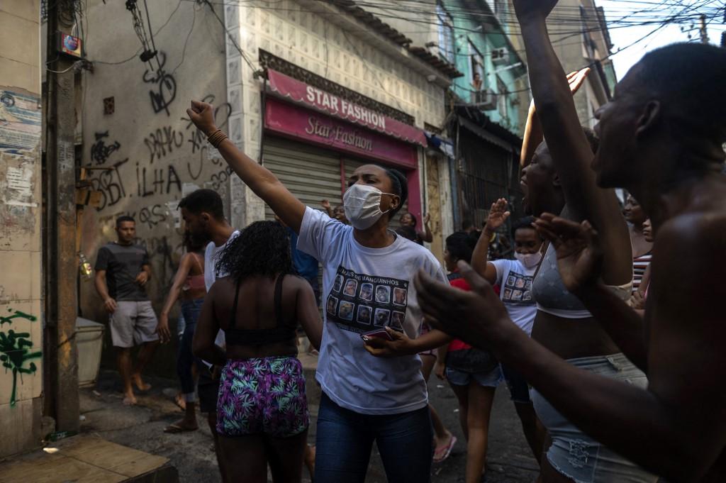Moradores do Jacarezinho protestam contra operação: para entidades, Polícia Civil agiu como grupo de extermínio (Foto: Mauro Pimentel / AFP)