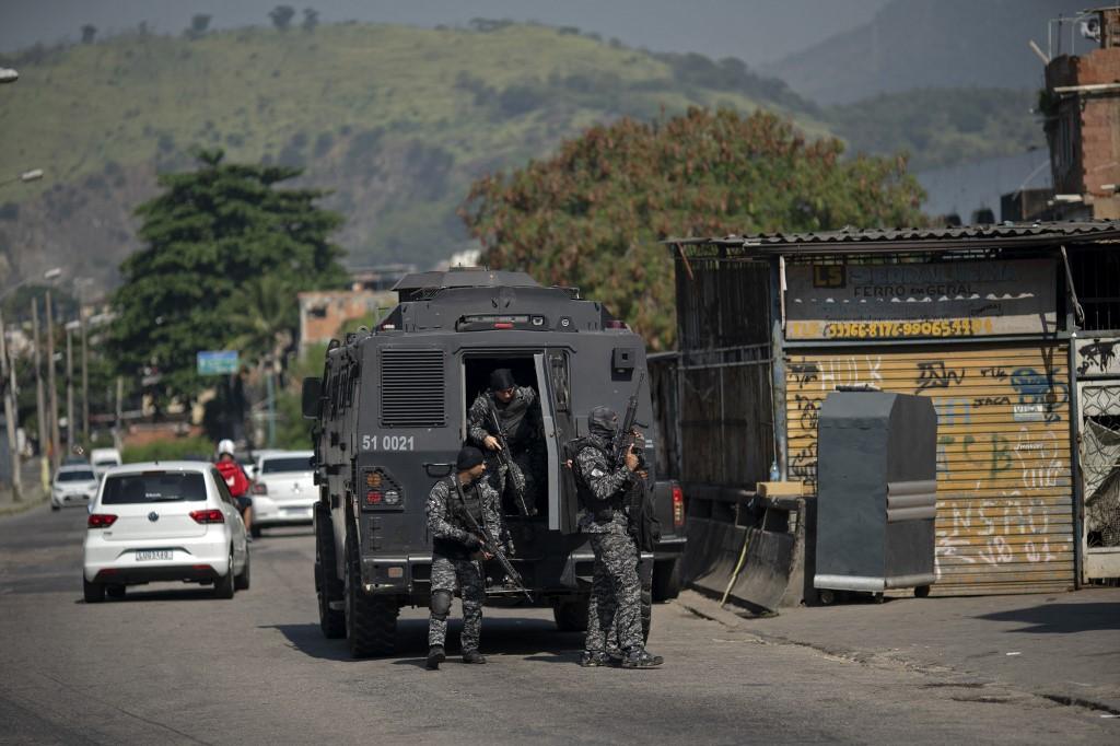 Caveirão, veículo blindado da Polícia Civil, na entrada do Jacarezinho: moradores denunciam execuções e invasões (Foto: Mauro Pimentel / AFP)