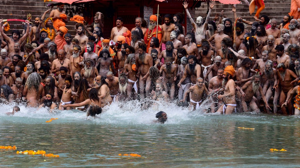 Multidão durante mergulho sagrado no Rio Ganges: críticas à falta de cuidado durante a segunda onda da pandemia (Foto: Sukanta Mukherjee / The Times Of India / AFP -21/04/2021)