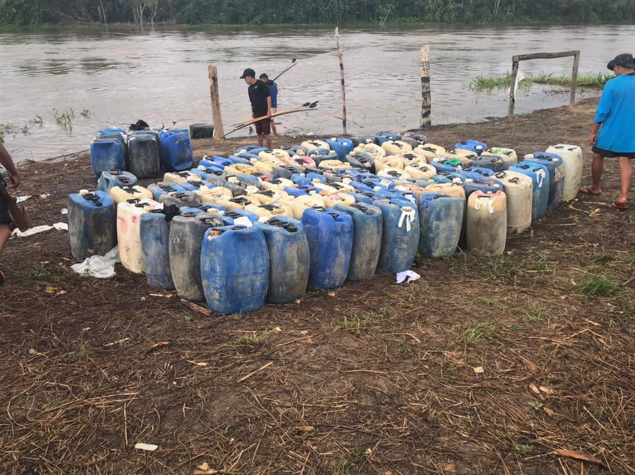 Galões de óleo dos garimpeiros encontrados na aldeia Palimiú: medo de novas invasões (Foto Condisi-Y)