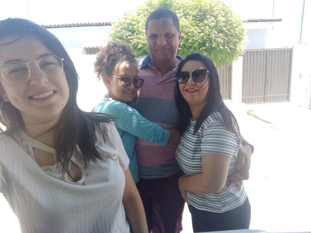 Da esquerda para direita as filhas Camila e Cauane, o marido Wellington e Jucicleide, paciente de Alzheimer