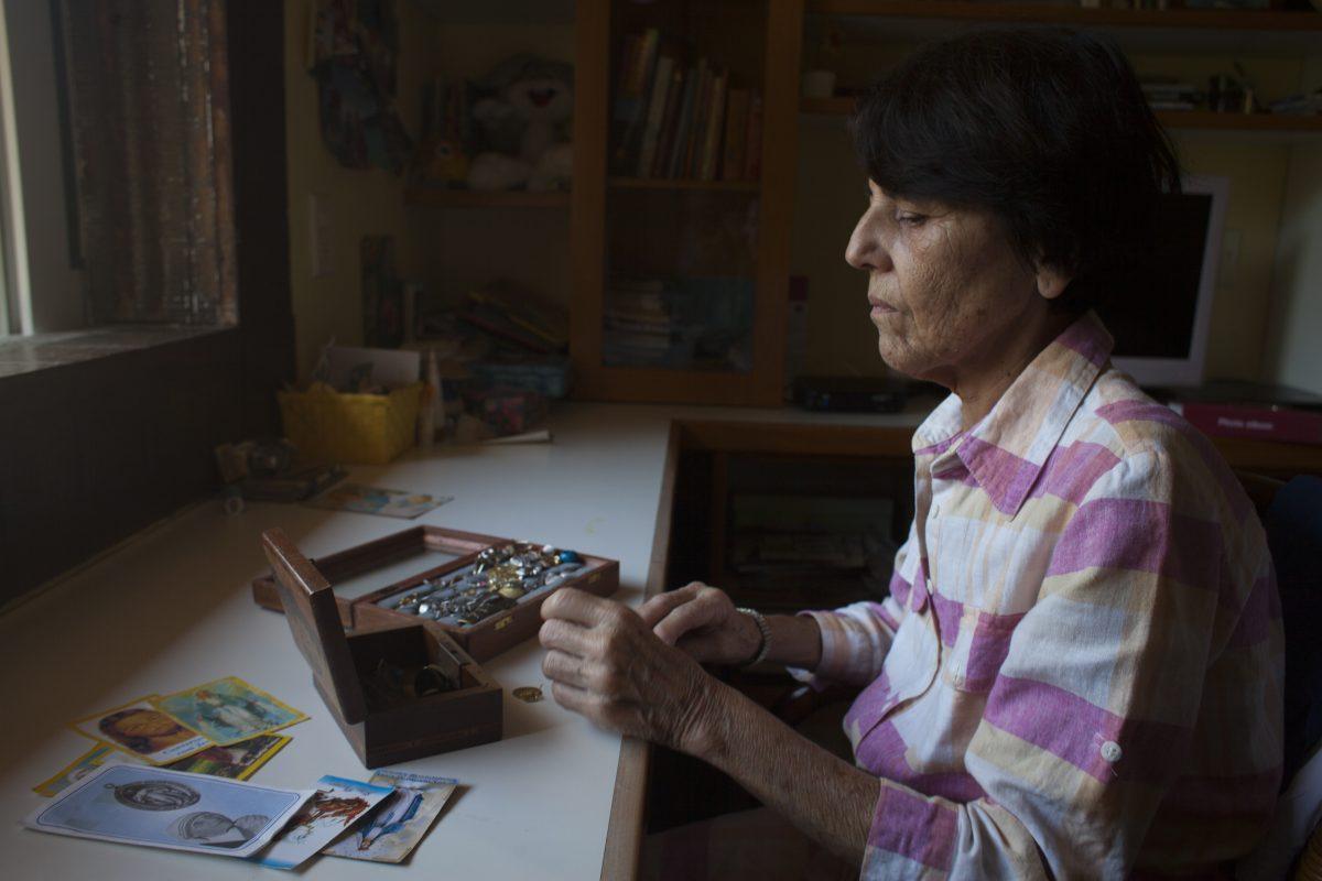 Alzheimer: Mariza passa o dia catando folhinhas no jardim, mexendo em suas bijuterias e lavando a louça