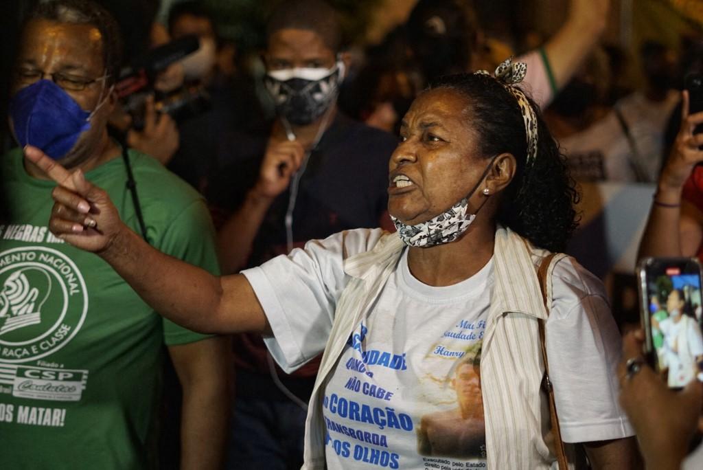 Sayonara Fátima, avó de Kathlen, protesta contra ação policial (Foto: Allan Carvalho / NurPhoto / AFP)