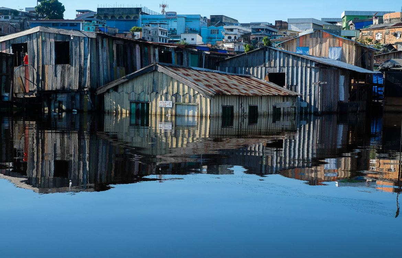 Bairro Educandos tomado pelas águas do Rio Negro: metade da população de Manaus vive em aglomerados subnormais, definidos pelo IBGE como palafitas, ocupações e loteamentos (Foto: Alberto César Araújo/Amazônia Real)