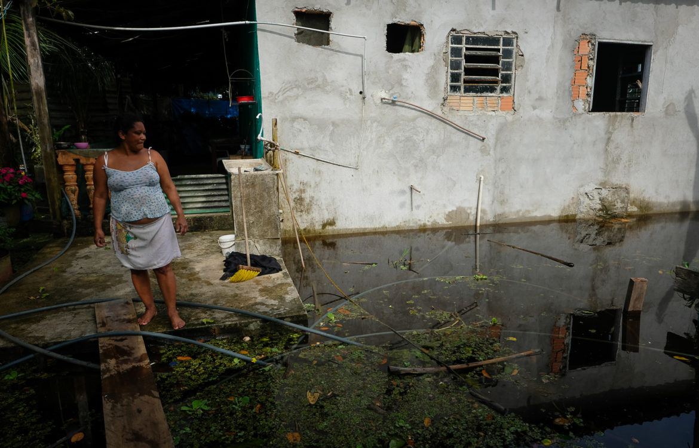 Rosa Maria na comunidade São Francisco do Mainã, zona rural de Manaus: temor de ser obrigada a deixar sua casa (Foto: Alberto César Araújo/Amazônia Real - 24/05/2021)