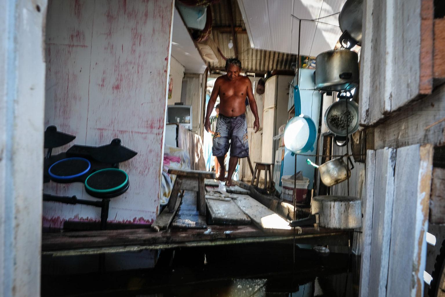 Gésito da Silva Machado, morador do beco Inocêncio Araújo, no Educandos: seis famílias moram em casa tomada pela água (Foto: Alberto César Araújo/Amazônia Real)