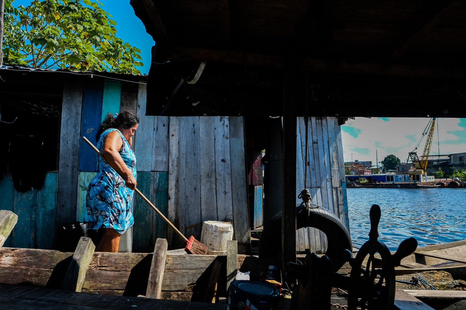 A dona de casa Sônia Freitas da Silvas, moradora do Beco São Raimundo: troca de casa por conta da cheia e convivência com enchentes (Foto: Alberto César Araújo/Amazônia Real)