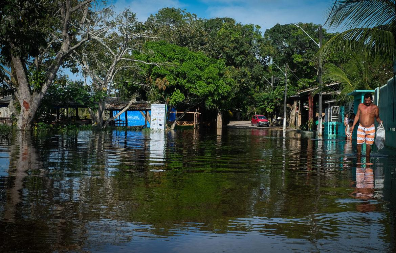 Elivaldo Barbosa enfrenta a rua alagada para sair de casa Bairro do Puraquequara, em Manaus: moradores afetados pela enchente em 58 dos 62 municípios amazonenses (Foto: Alberto César Araújo/Amazônia Real - 23/05/2021)