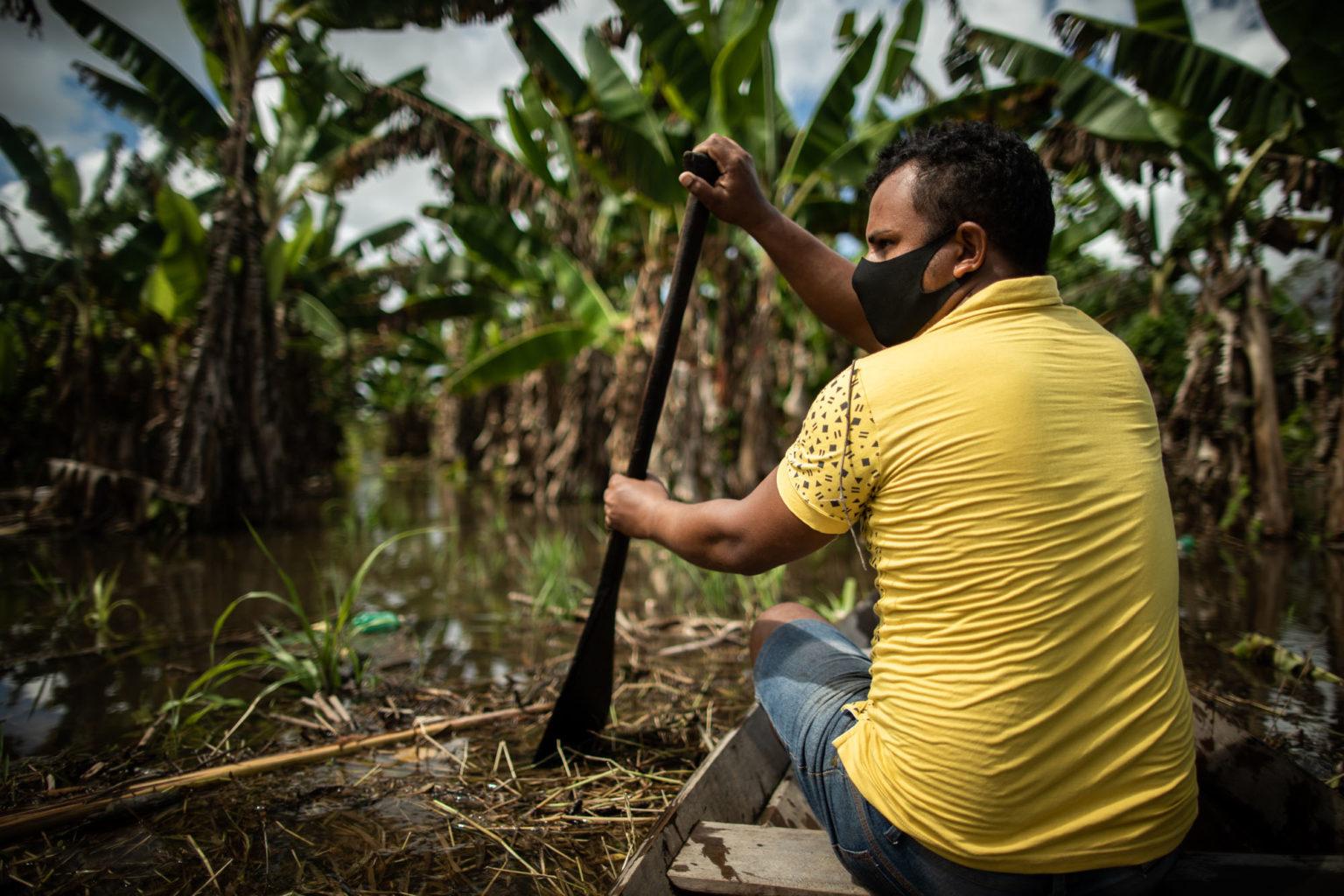 Produtor rural, Bruno Monteiro navega na área de sua plantação em Manacapuru, perdida para cheia: estado calcula prejuízo de, pelo menos, R$ 189 milhões (Foto: Raphael Alves/Amazônia