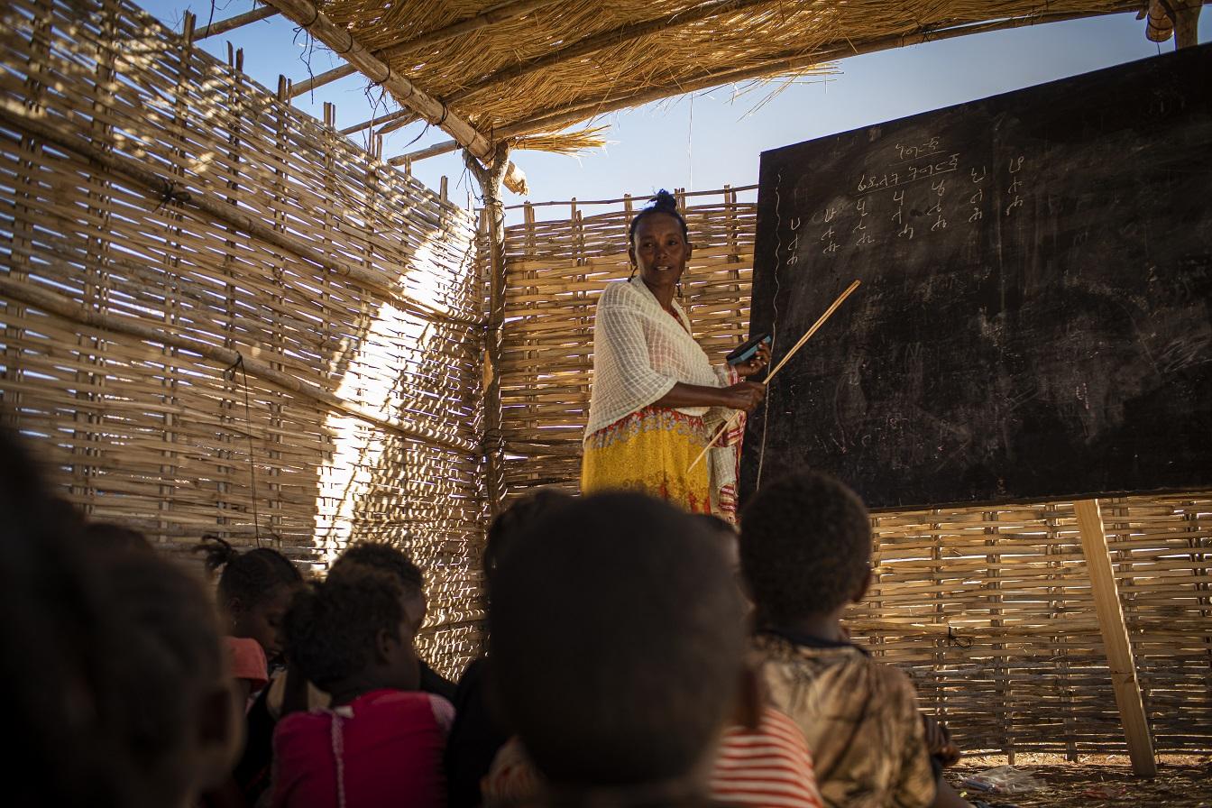 Ngesti Gudamadhen, 28, é um dos refugiados etíopes que se ofereceu para ensinar crianças em salas de aula improvisadas no campo Um Rakuba, Al Qadarif, Sudão. Os confrontos entre o exército etíope e as forças da região de Tigray levaram milhares de pessoas a fugir de suas casas - mais da metade delas crianças. Foto ACNUR. Novembro/2020
