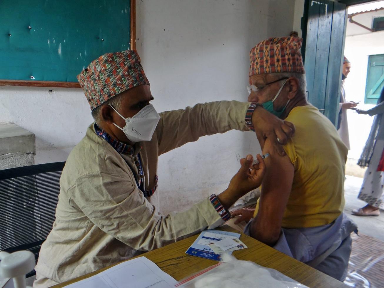 Refugiado butanês Bhakti Prasad Baral, de 83 anos, recebe vacinação contra a covid-19 no assentamento de refugiados de Beldangi em Damak, distrito de Jhapa, província 1 no leste do Nepal. Foto ACNUR. Dezembro/2020