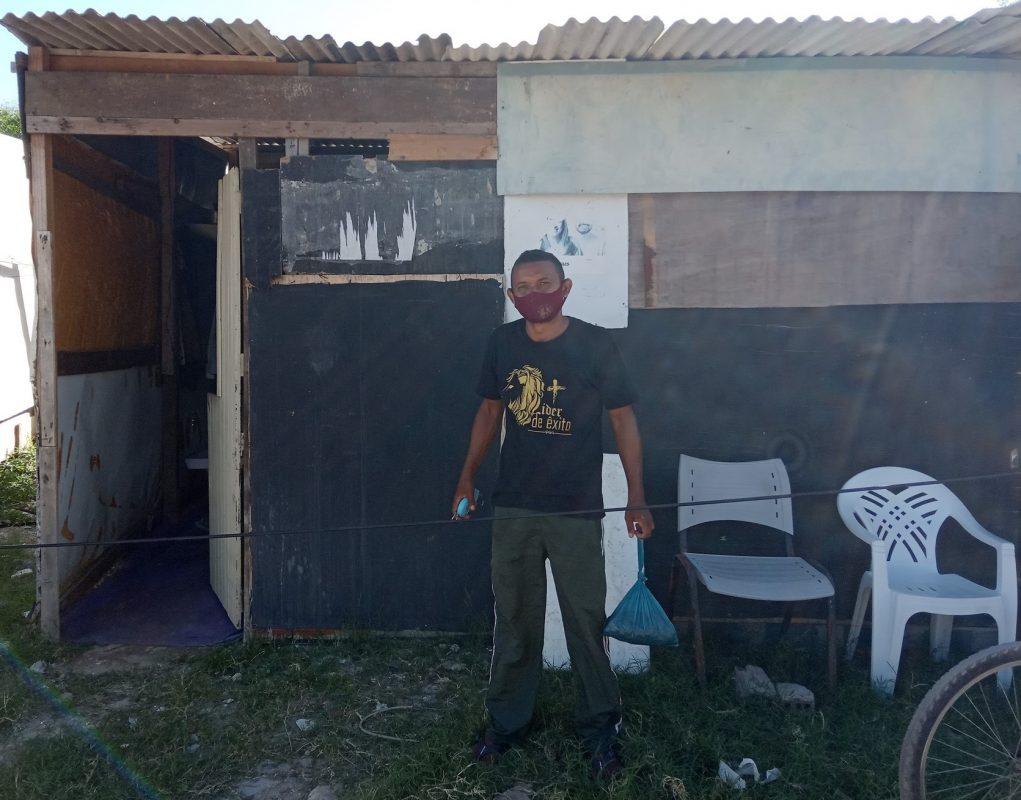 Gérson nunca tirou CPF, vive de trabalhos informais e mora há quase três décadas às margens do Rio Jordão | Foto de Victor Moura