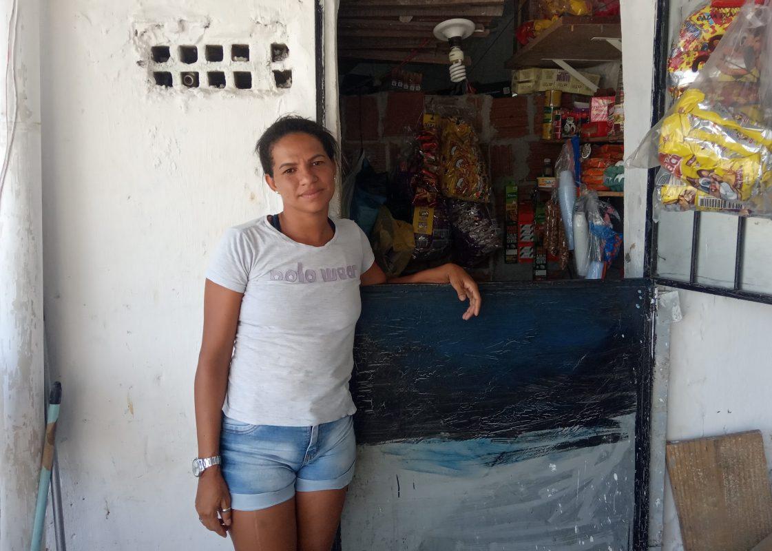 Adilza Felipe mora em uma palafita sobre o Rio Capibaribe ao lado do polo médico da Ilha do Leite | Foto de Victor Moura