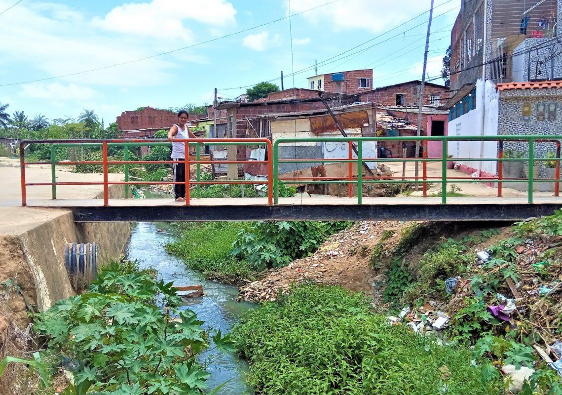 Leke da Coxinha perto de casa em uma ponte sobre o Morno, afluente do Rio Beberibe | Foto de Victor Moura