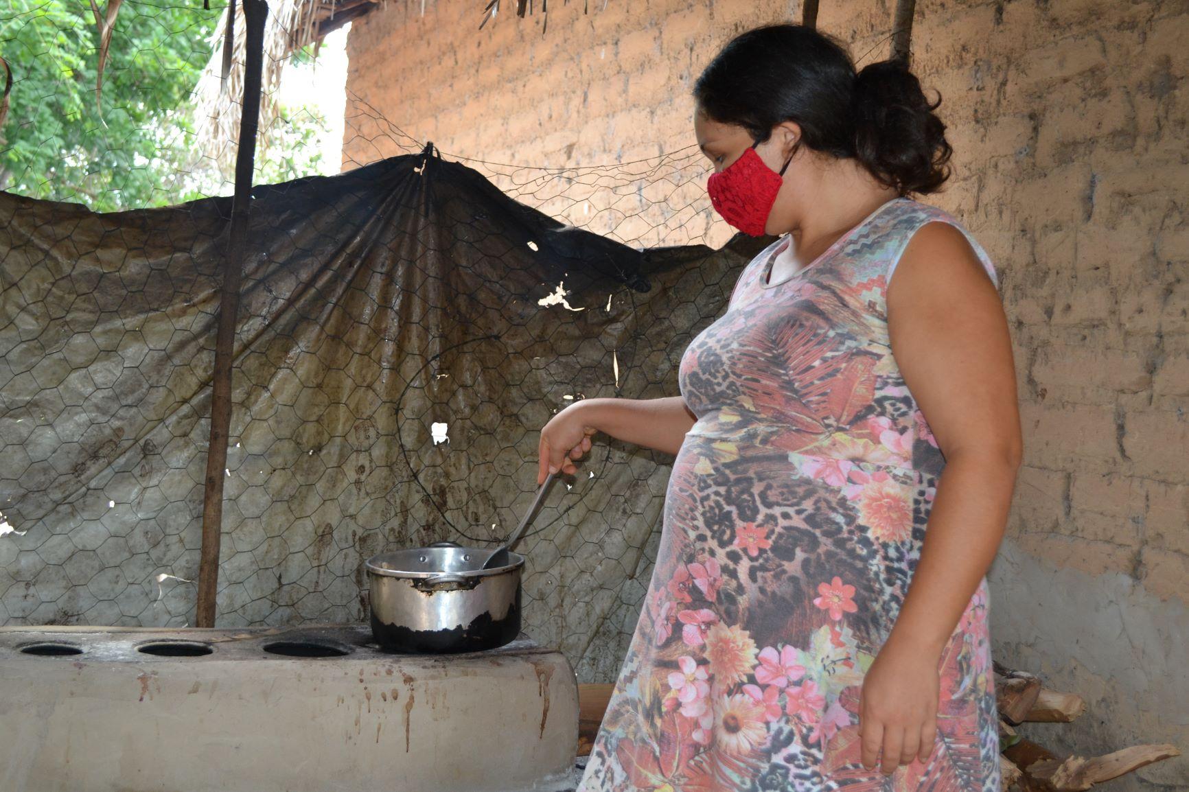 No Maranhã, mulher cozinha alimentos recebidos por doação: pobreza extrema, desemprego e comida mais cara contribuem para volta do Brasil ao Mapa da Fome (Foto: Eanes Silva / Divultação / ActionAid)