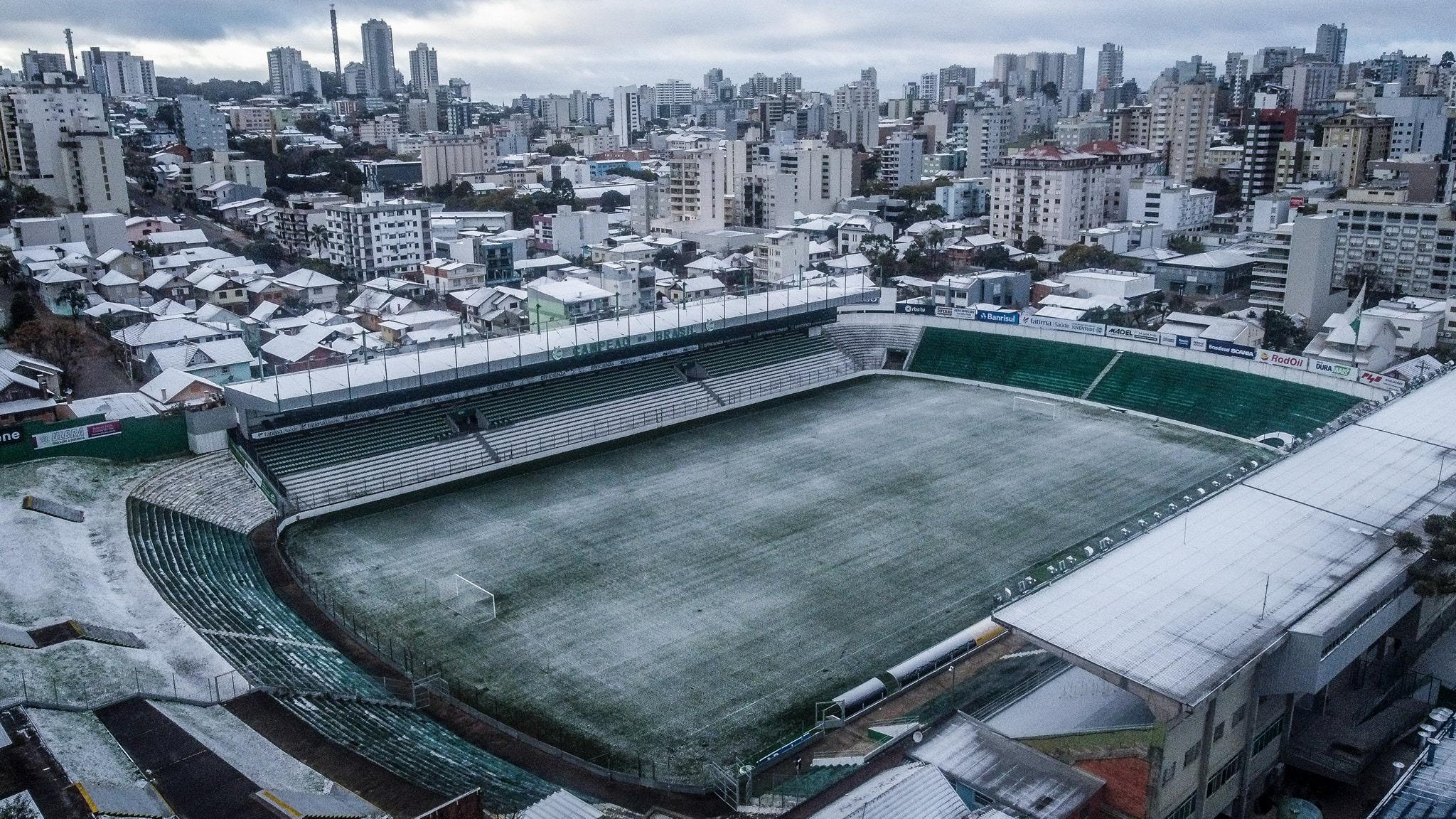 Neve cobre o gramado do Estádio Alberto Jaconi, em Caxias do Sul: madrugada mais fria do ano e temperaturas negativas em sete estados (Foto: Fernando Alves / Esporte Clube Juventude - 29/07/2021)