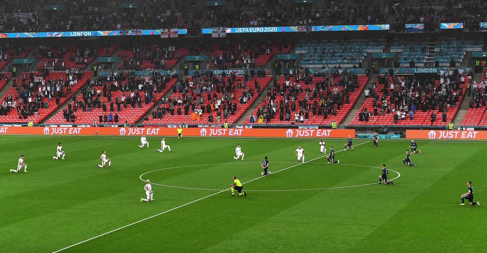 Jogadores de Inglaterra e Escócia superam rivalidade histórica e se ajoelham em protesto contra o racismo em Wembley. Foto Facundo Arrizabalaga/AFP