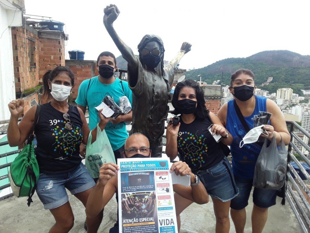 Pandemia nas favelas do Rio: amigos se mobilizaram para oferecer cestas básicas, realmente básicas, para os moradores da favela. Foto Grupo ECO Santa Marta