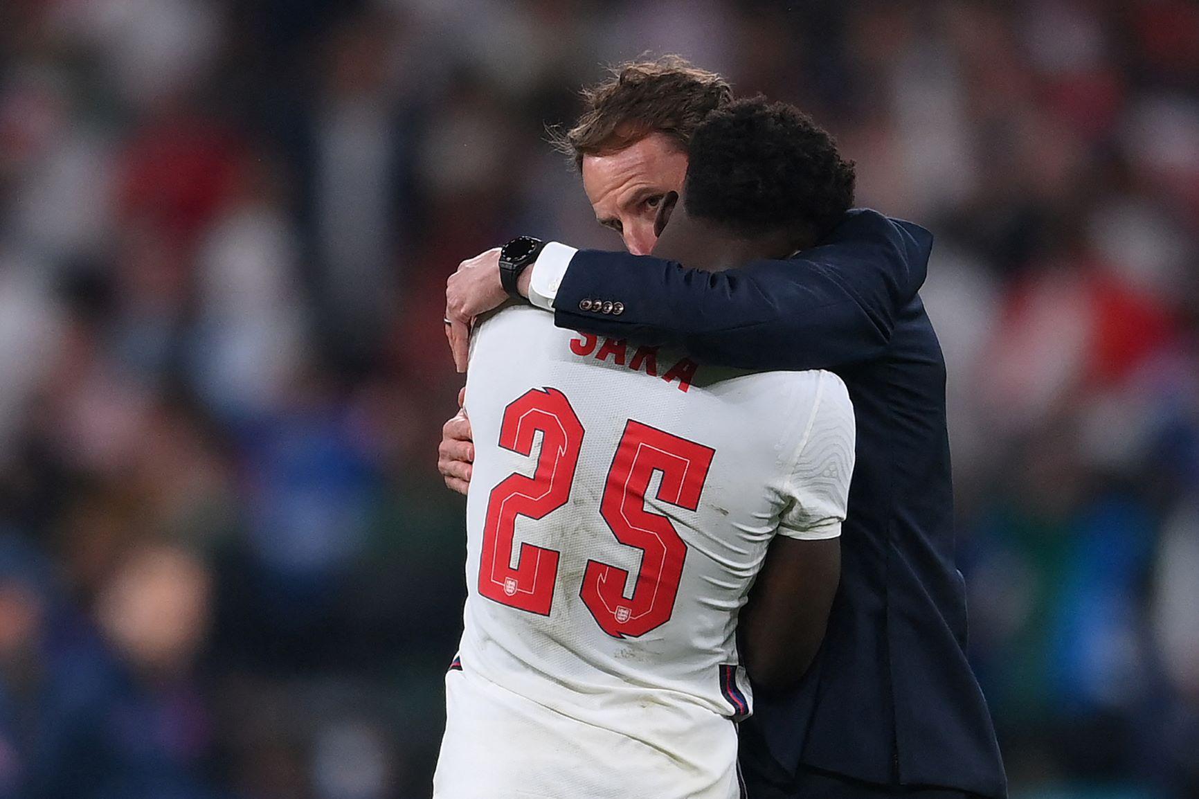 Técnico da Inglaterra, Gareth Southgate consola o jovem Saka, de 19 anos, após a derrota nos pênaltis: ataques racistas pelo Twitter (Foto: Laurence Griffiths / Pool / AFP - 11/07/2021)