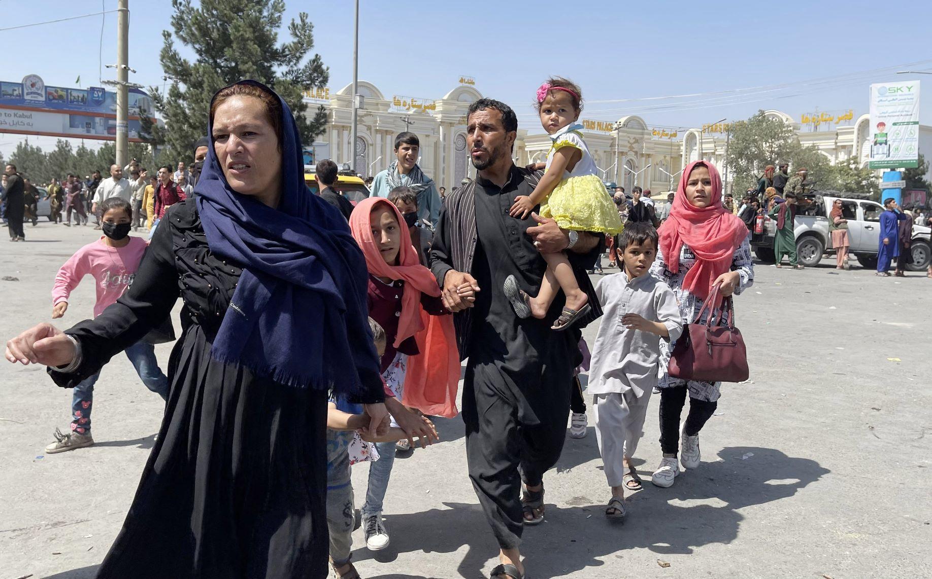 Família em fuga de Cabul, capital do Afeganistão: mulheres e meninas temem violência do Talibã (Foto: Haroon Sabawoon / Anadolu Agency / AFP)