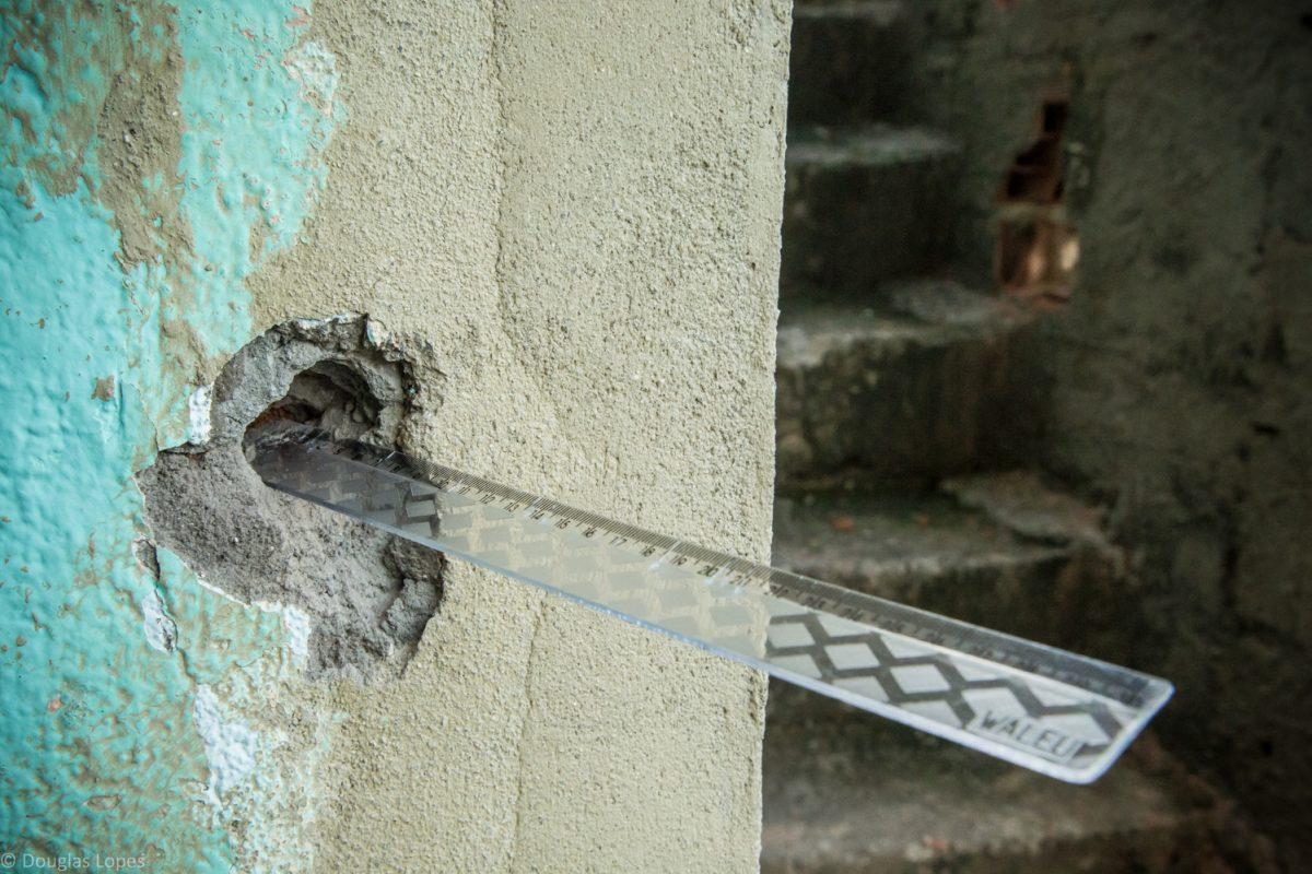 Marca de tiro em casa da Maré: 75,5% dos moradores apontam a violência como a principal questão negativa de morar na favela. Foto Douglas Lopes/Redes da Maré