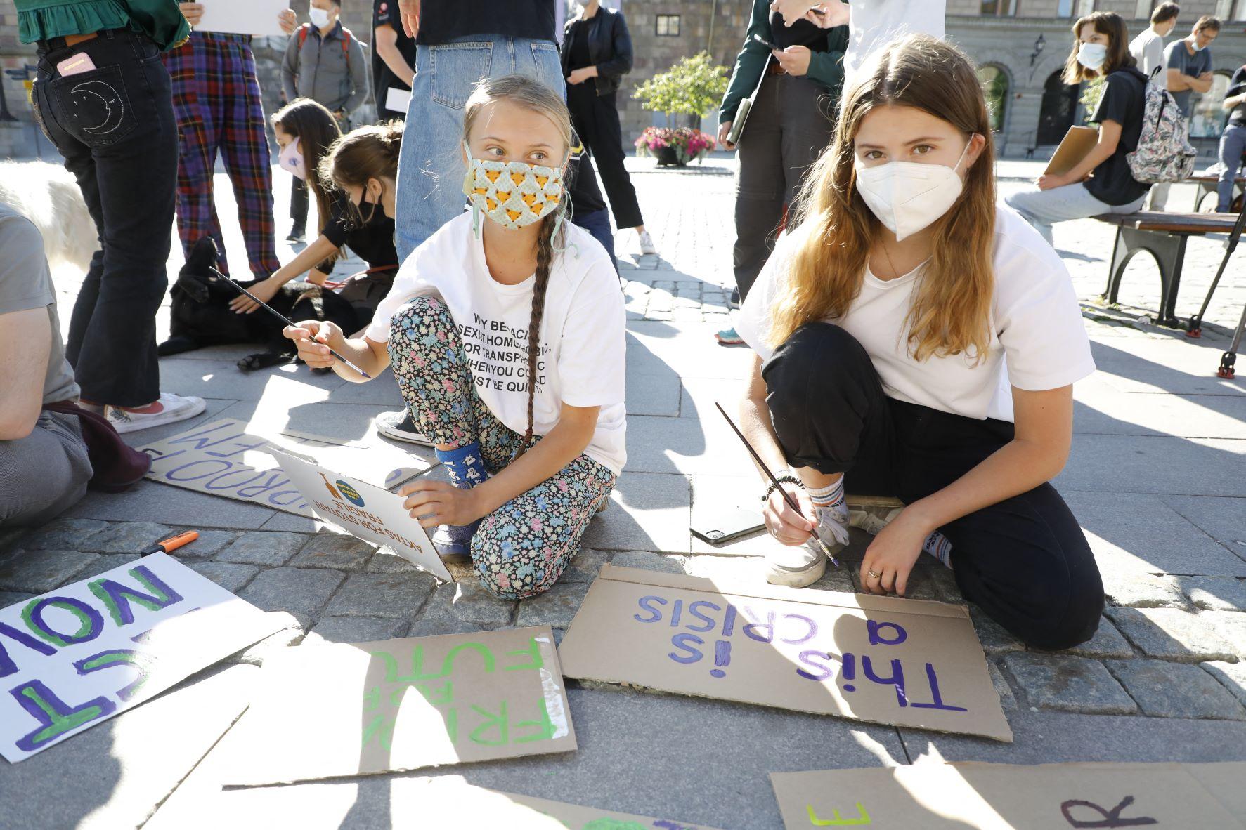 A alemã Luisa Neubauer (à direita) com a sueca Greta Thunberg em protesto em Estocolmo: ativistas apontam sentimentos de raiva, medo, impotência e tristeza entre crianças e jovens (Foto: Christine Olsson / TT News Agency / AFP - 20/08/2021)