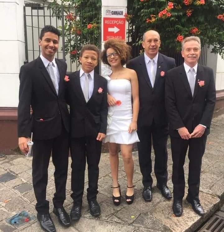 Toni e David (à direita) com os filhos, num casamento: família que tem o amor como alicerce. Foto arquivo pessoal