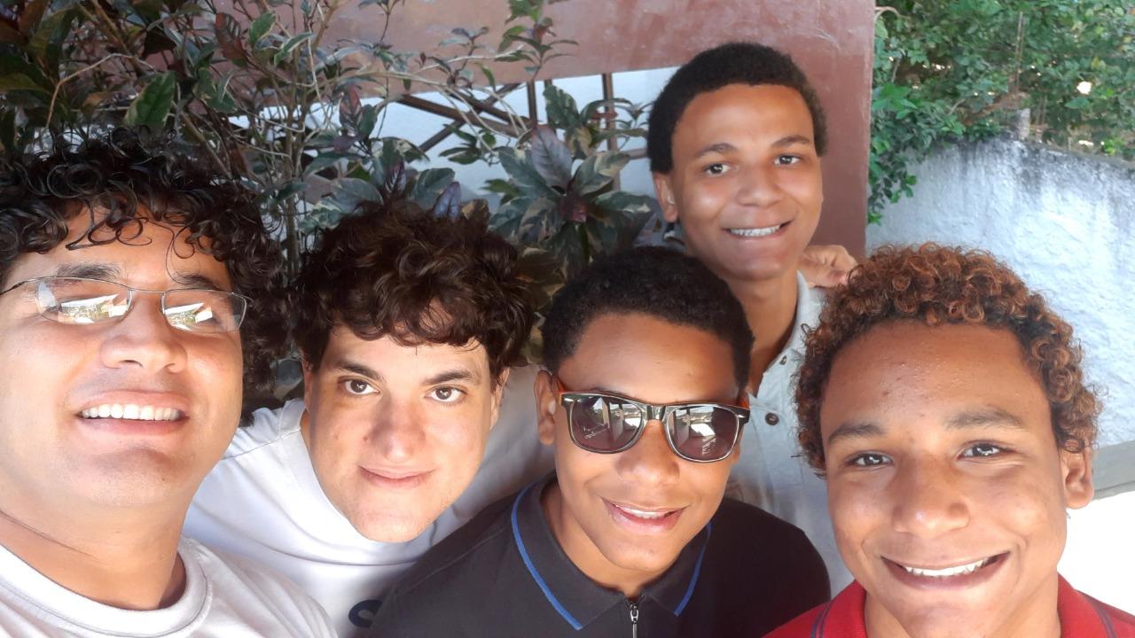 Francisco (à esquerda), Alexandre (de preto) e os três filhos: novela da Globo ajuda a naturalizar relação. Foto arquivo pessoal