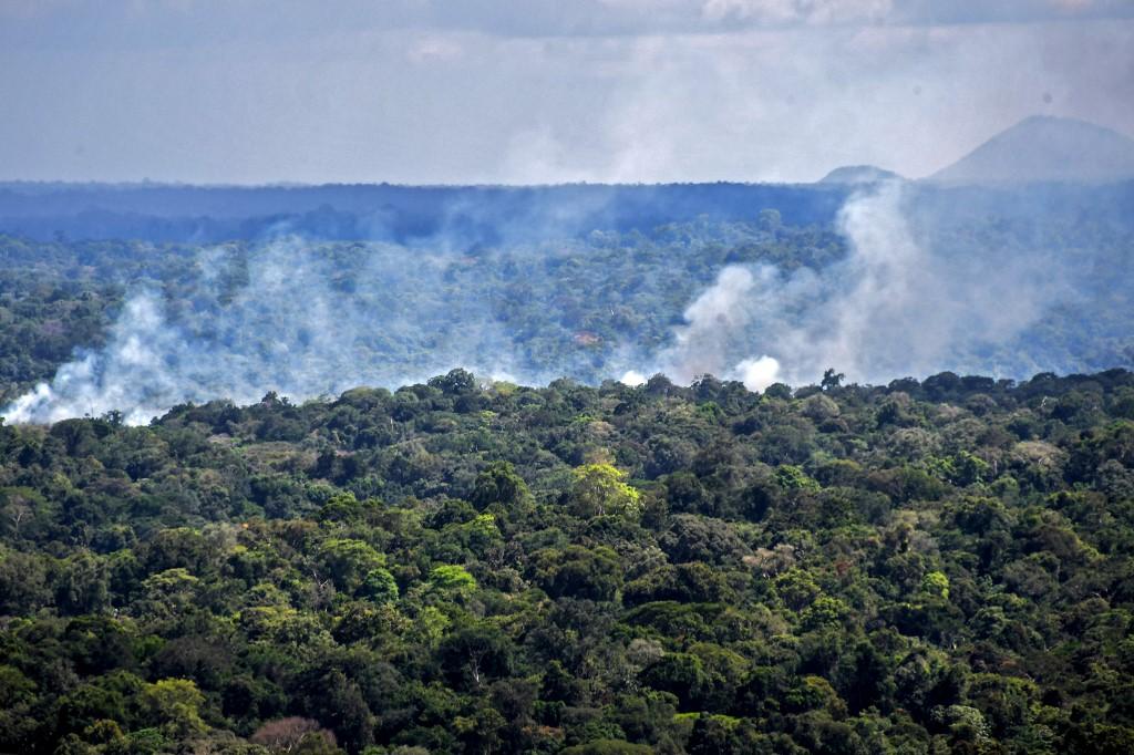 Fumaça de queimada em área da Floresta Amazônica, no Amapá: pesquisadores ainda avaliam impacto de incêndios florestais no bioma (Foto: Nelson Almeida / AFP - 31/10/2020)