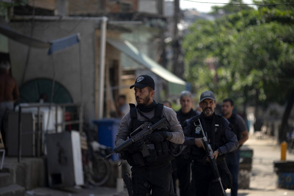 Agentes da Polícia Civil durante a operação que resultou em 25 mortos no Jacarezinho: ação liderada por delegados brancos teve homens pretos e pardos como vítimas (Foto: Mauro Pimentel / AFP)