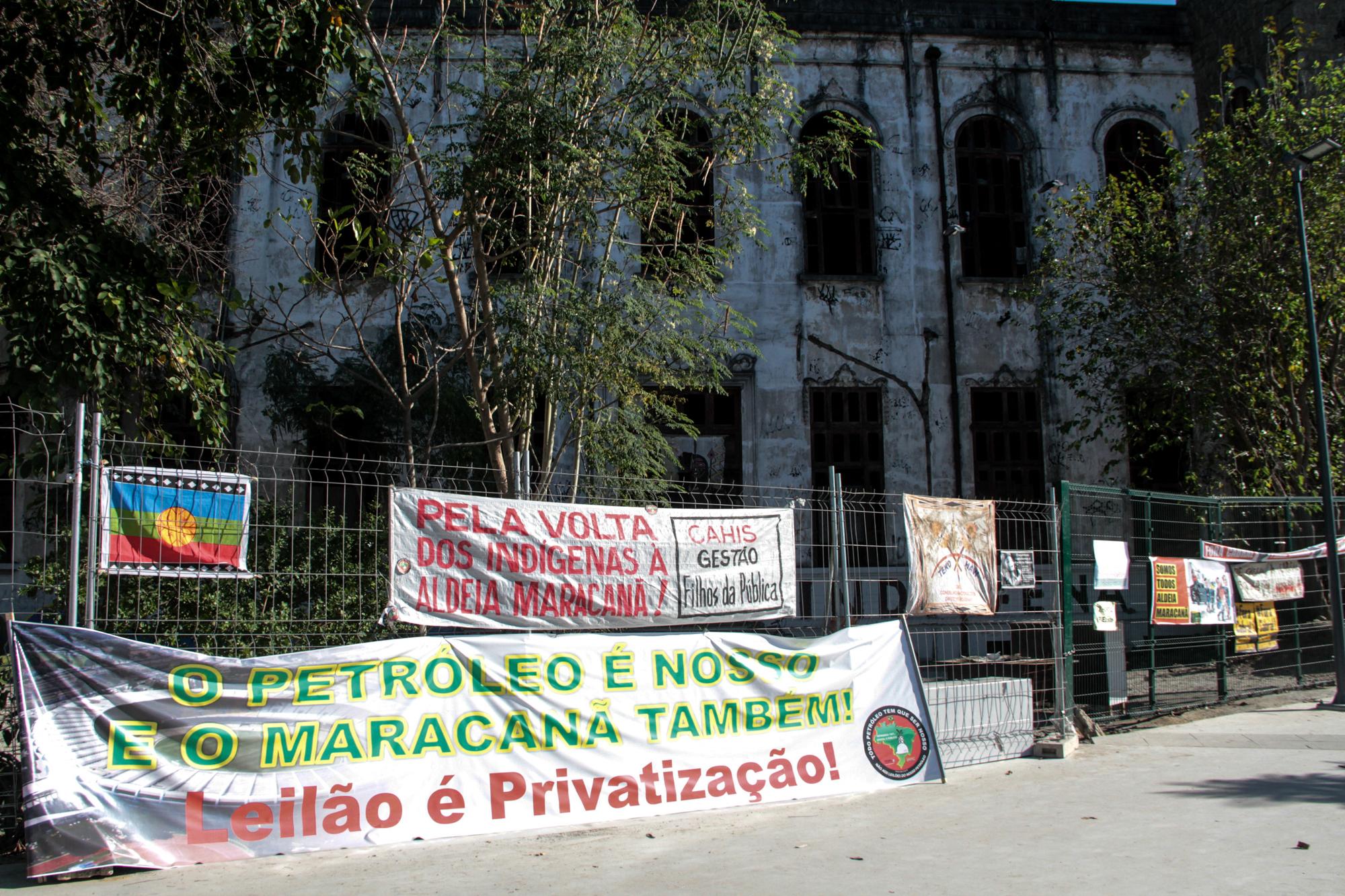 Manifestação contra ameaça de despejo da Aldeia Maracanâ, durante a Copa das Confederações: anos de disputa e polêmica (Foto: Nestor J. Beremblum / Brazil Photo Press / AFP - 0808/2013)