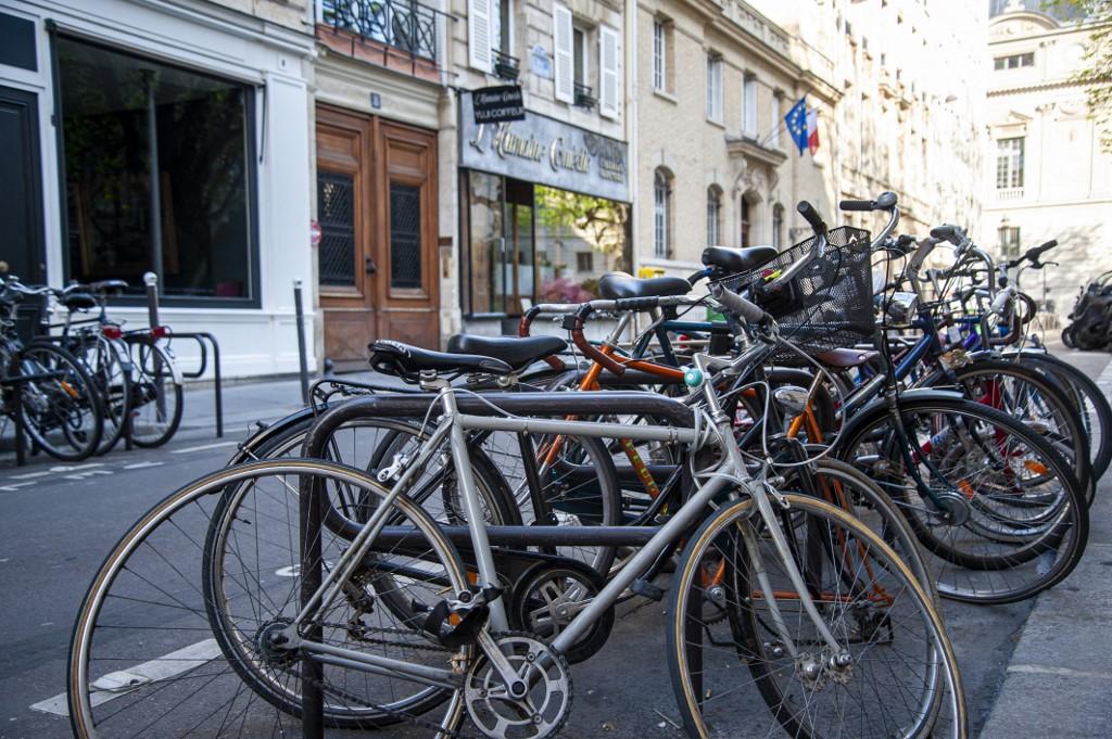 Estacionamento de bicicletas em Paris: incentivo para uso de transporte mais saudável, mais limpo, confiável e que evita engarrafamentos (Foto: Andrea Oliveira / Hans Lucas / AFP - 21/03/2021)