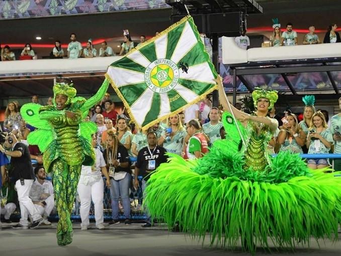 Casal de mestre-sala e porta bandeira da Mocidade Independente no desfile do Carnaval 2020: castorzinho no estandarte da escola, quase 25 anos depois da morte do banqueiro do bicho (Foto: Divulgação/Mocidade)