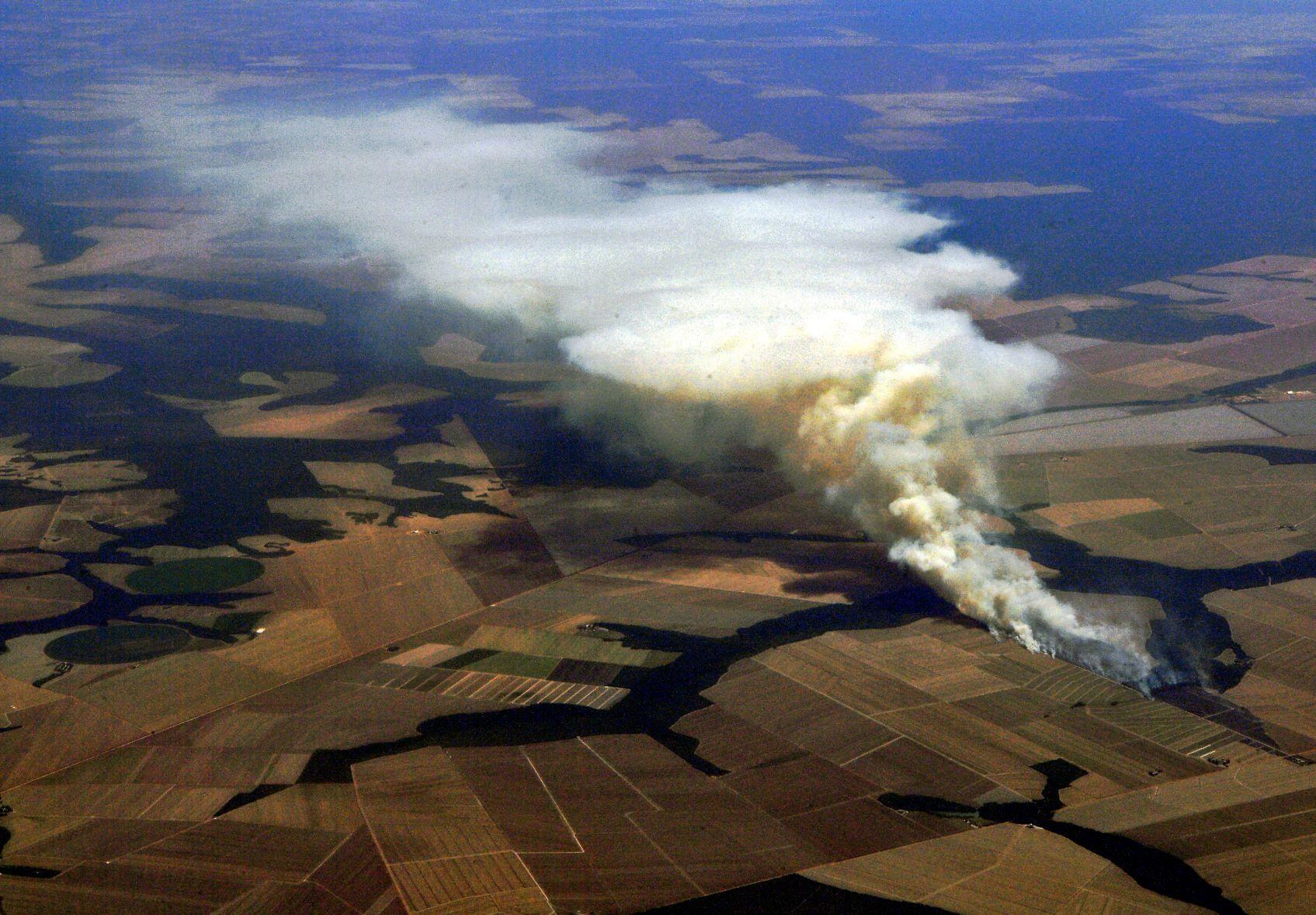 Queimada para ampliar fronteira agrícola no norte de Mato Grosso: desmatamento e incêndios florestais fizeram Brasil ser única grande nação a ter aumento de emissões no ano da pandemia (Foto: Carl de Souza/AFP - 06/08/2021)