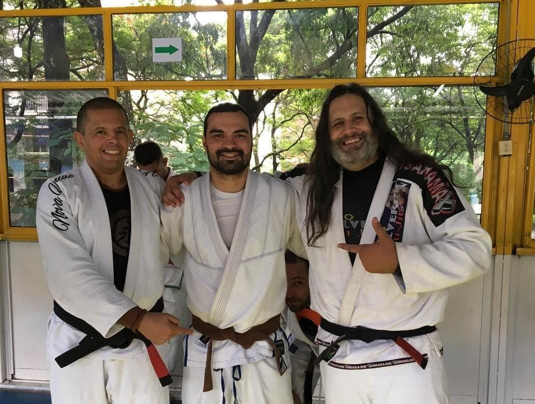 Fernando (ao centro) com amigos do jiu-jitsu: prática de esporte não evitou internação na UTI (Foto: Arquivo Pessoal)