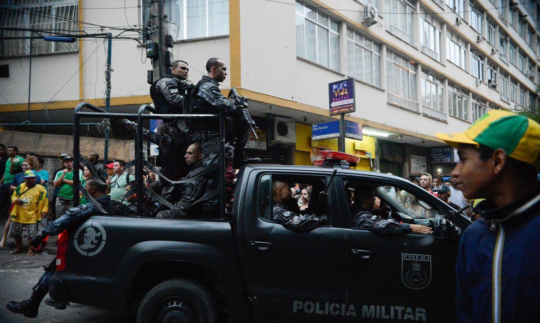 Operação da PM nas comunidades do Cantagalo e Pavão-Pavãozinho no Rio: gastos com repressão são muito maiores do que com investigação (Fernando Frazão/Agência Brasil 10/10/2016)