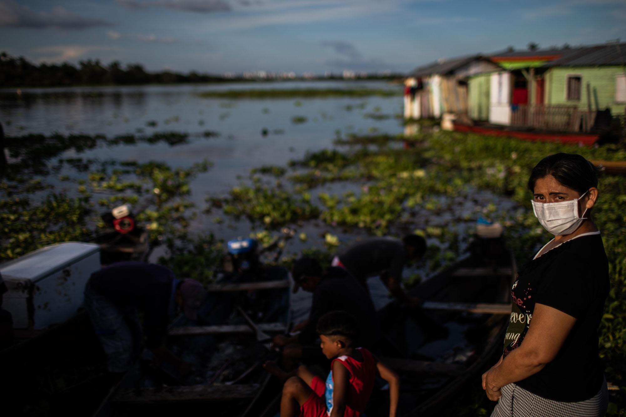 Mulher e criança às margens do Rio Negro: além de fortemente afetado pela pandemia da Covid-19, o Amazonas convive com a possibilidade de cheia recorde de seus rios. (Foto: Raphael Alves/Amazônia Real)