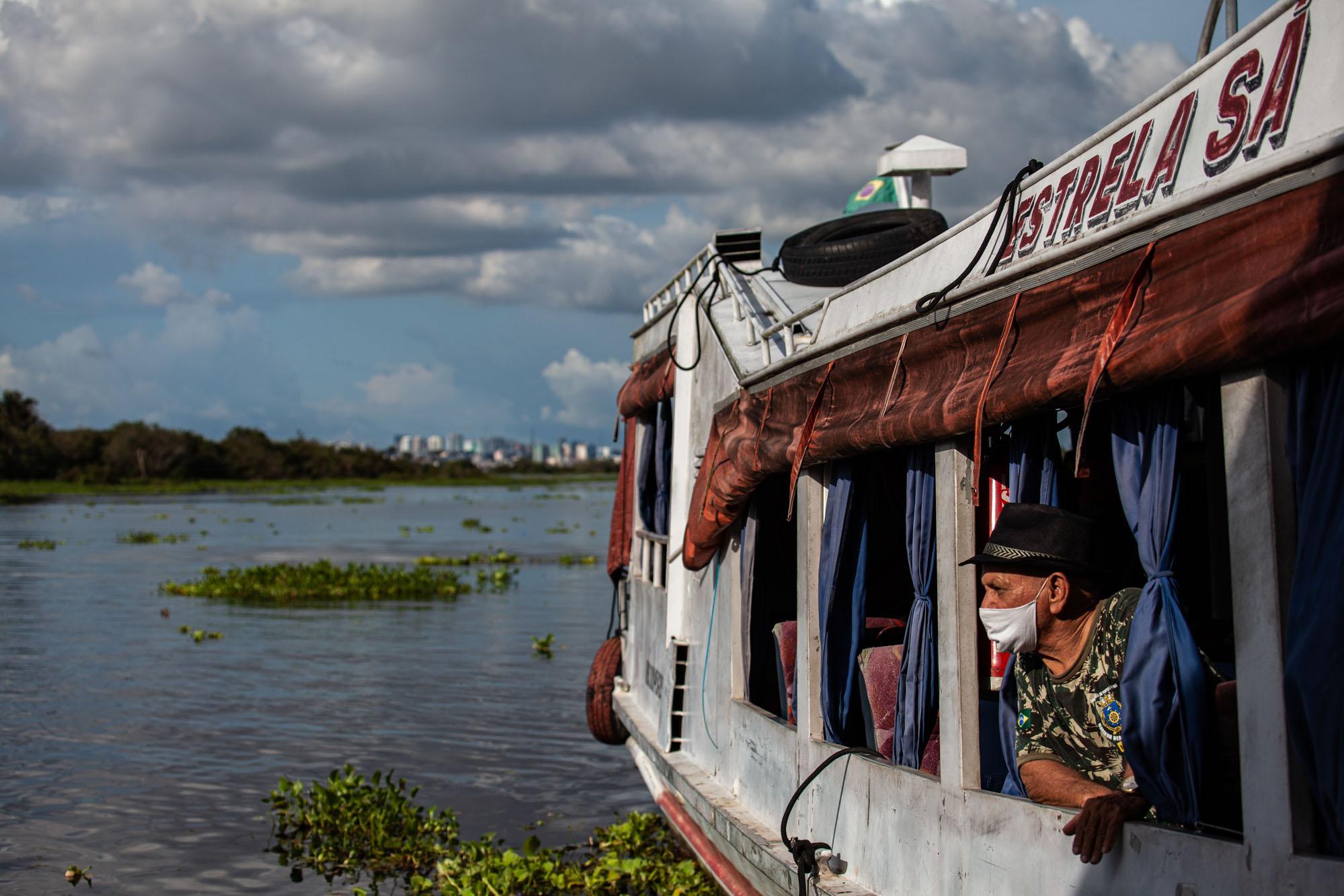 Vicente Custódio Sá., de 72 anos, em seu barco no Rio Negro: temor de cheia recorde e tragédia (Foto: Raphael Alves/Amazônia Real)