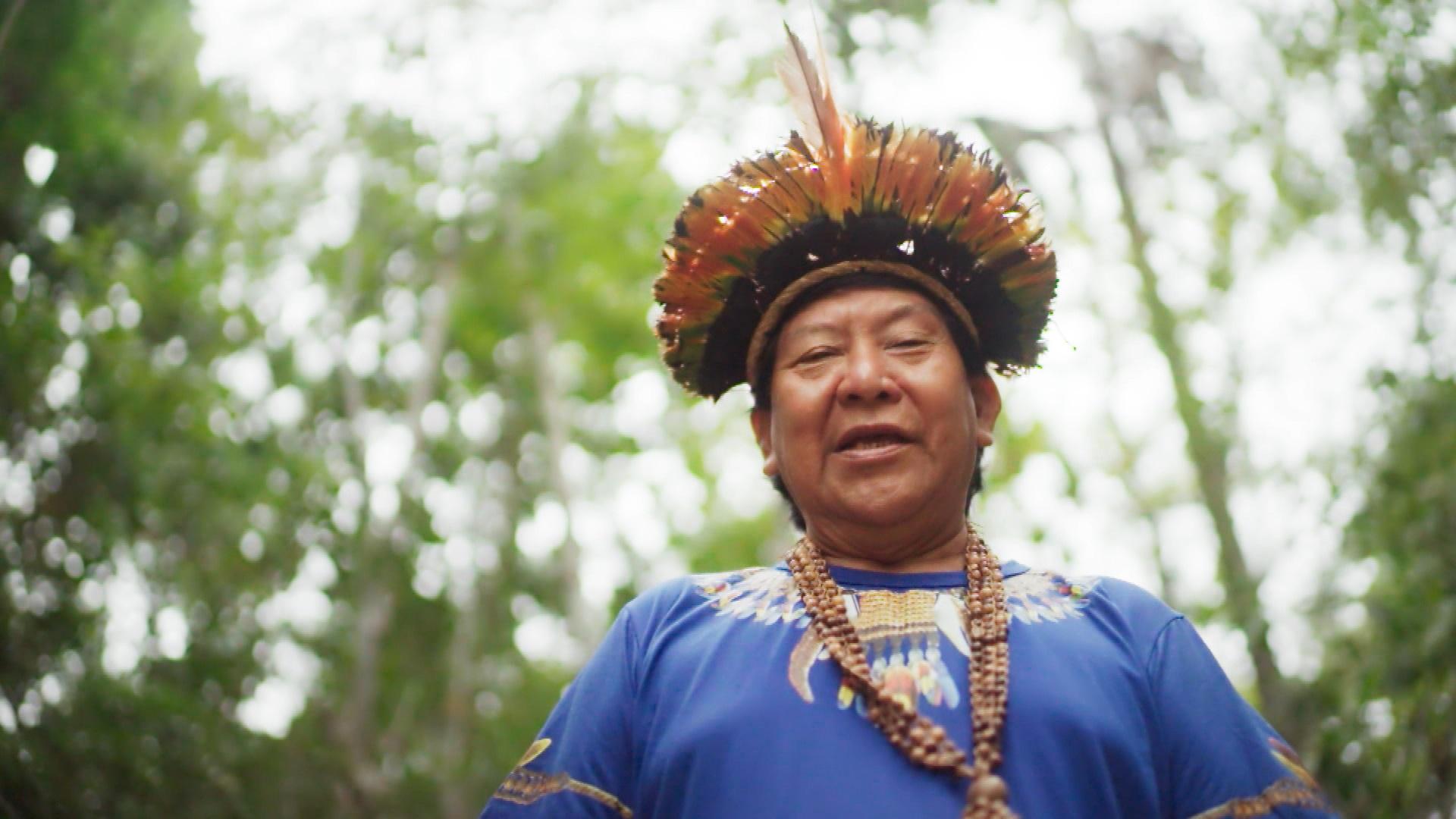 """O xamã Davi Kopenawa Yanomami e sua mensagem: """"Vamos parar e achar solução: sem a floresta, sem a árvore, sem a água, não tem a vida"""" (Foto: Tv Globo)"""